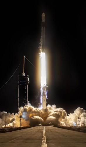 A Dragon pode levar até 7 passageiros para o espaço e é a 1ª espaçonave privada a levar humanos à estação espacial.