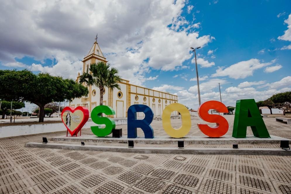 Igreja Matriz de Jaguaribara, com letreiro em homenagem à padroeira Santa Rosa de Lima(Foto: JÚLIO CAESAR)