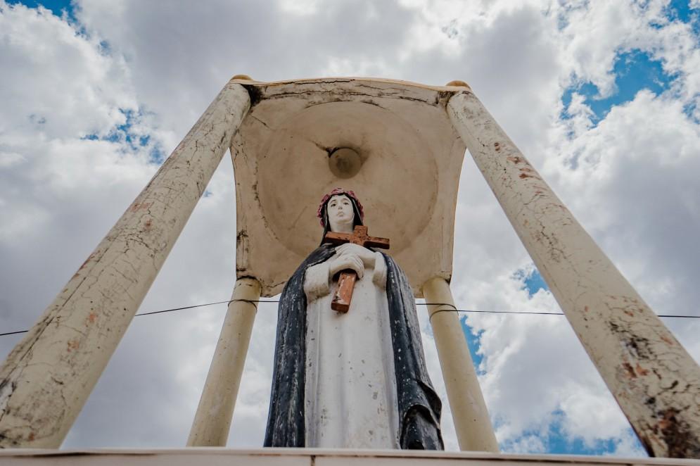 Imagem de Santa Rosa de Lima, levada da igreja da cidade antiga para a nova, em Jaguaribara(Foto: JÚLIO CAESAR)
