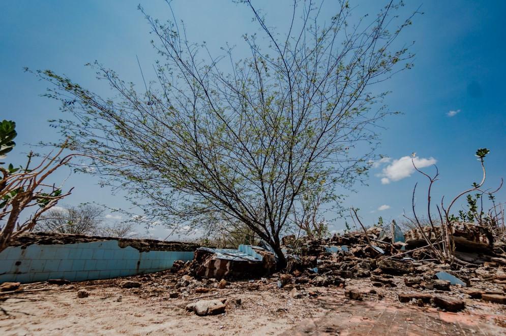 Local da sede da antiga Jaguaribara. Cidade foi evacuada para construção do açude Castanhão e submersa pelas águas. Por causa das secas, as ruínas da antiga cidade voltaram a aparecer(Foto: JÚLIO CAESAR)