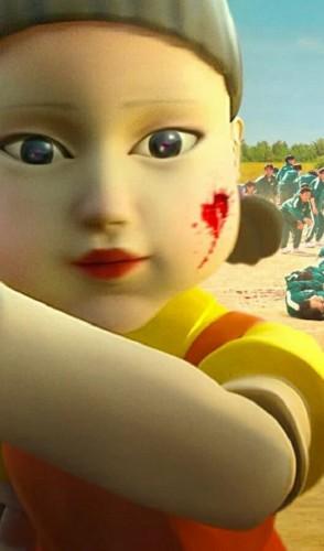 Na brincadeira, a boneca capta os movimentos dos jogadores, que só podem andar enquanto ela estiver cantando.