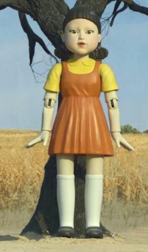 A boneca responsável por comandar uma das cenas mais icônicas canta uma música que foi adaptada para o Brasil.
