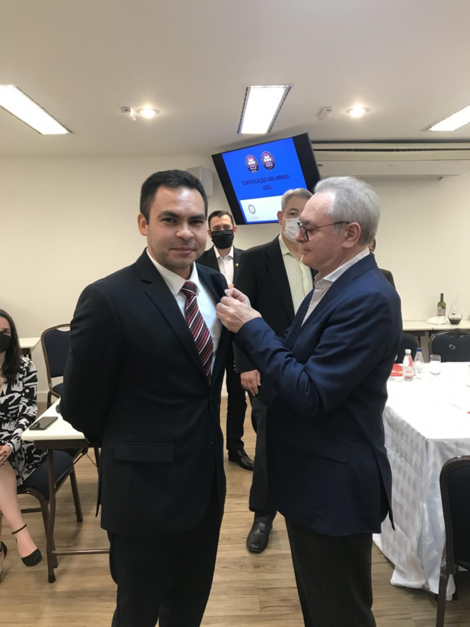 Sommelier Renato Brasil recebe pin da ABS em reconhecimento ao seu trabalho