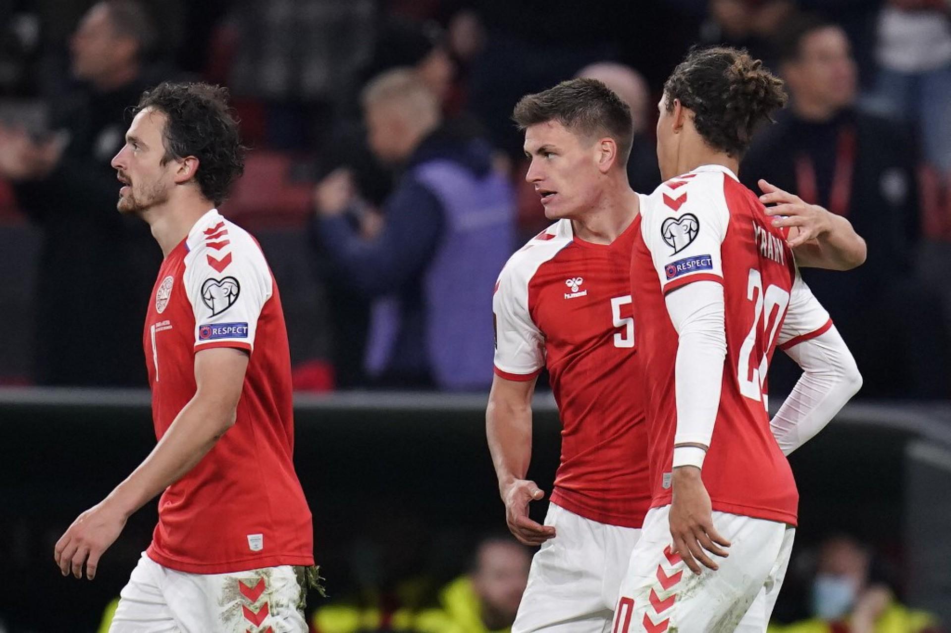 Maehle (camisa 5) marcou o gol da vitória dinamarquesa sobre a Áustria (Foto: Liselotte Sabroe / Ritzau Scanpix / AFP)