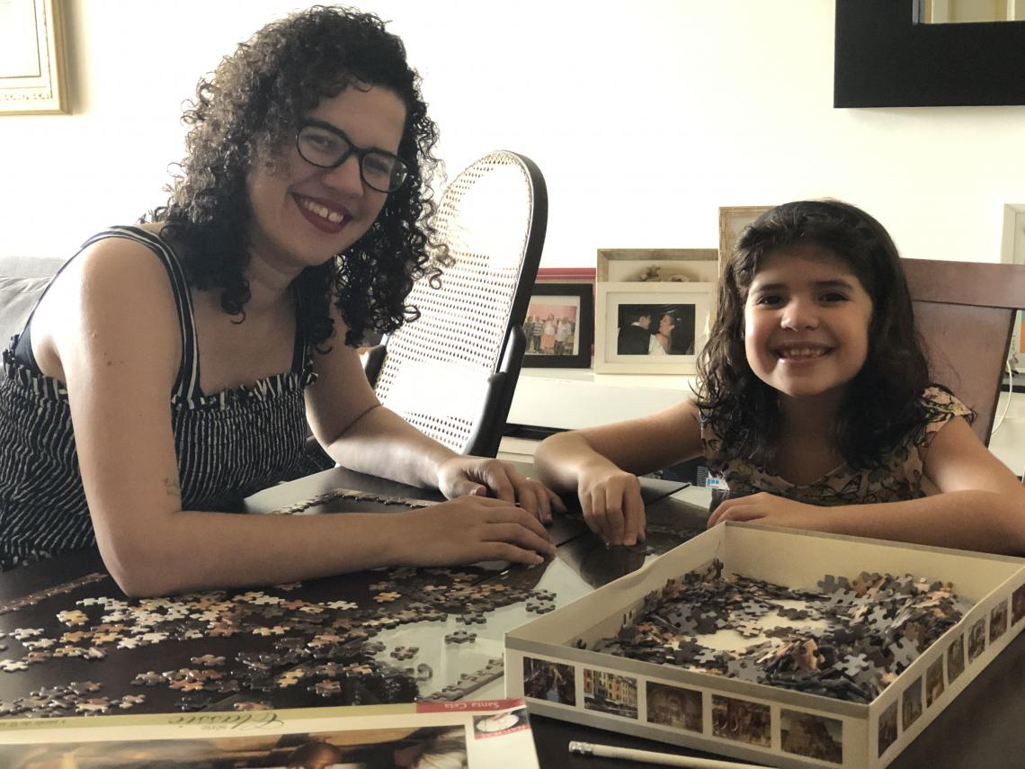 Eugênia Cabral e Elisa, sua filha, tem mantido o hábito de montar quebra-cabeças juntas durante a quarentena