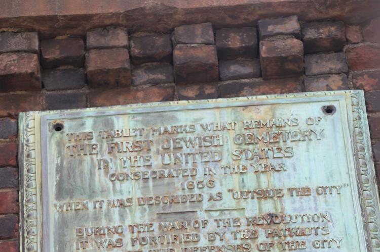 Placa de identificação do cemitério mais antigo de Nova York
