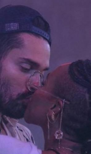 Assédio sexual: Em uma festa, Conká insistiu para beijar Arcrebiano e deu um selinho no modelo. Ele tentava se afastar.