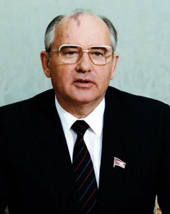 No meio da viagem, a URSScomeçou a se desfazer, eseu líder, Mikhail Gorbachev, até sofreu uma tentativa de golpe