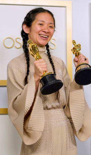 A diretora Chloé Zhao fez história no Oscar 2021. É a segunda mulher a ganhar Melhor Diretora na história da premiação.