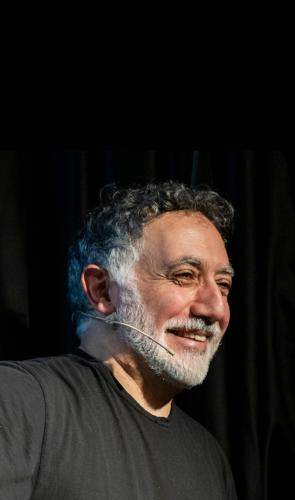 Hashim é curador da Bienal de Veneza 2021, que homenageia a arquiteta ítalo-brasileira com o Leão de Ouro Especial.