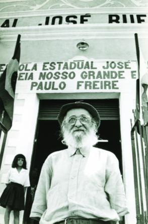 De volta a Angicos, no Rio Grande do Norte (RN), 30 anos após a experiência de alfabetização, Paulo Freire foi homenageado na escola José Rufino, em 1993(Foto: Acervo Paulo Freire)